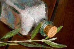 Sal y fragancias naturales para el baño fotografía de archivo
