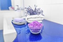 Sal y lavanda del mar en el cuarto de baño Fotos de archivo