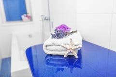 Sal y lavanda del mar en el cuarto de baño Imagenes de archivo
