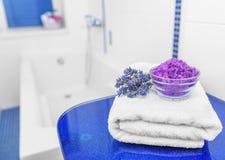 Sal y lavanda del mar en el cuarto de baño Fotografía de archivo