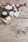 Sal y orquídea del mar del balneario en el fondo de madera, relajación de la naturaleza Fotografía de archivo