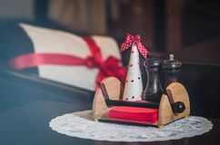 Sal y pimienta en una tabla en un café fotos de archivo