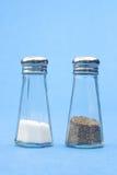 Sal y pimienta usadas mitad Fotografía de archivo