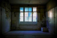 Sala abandonada com janelas quebradas fotografia de stock royalty free