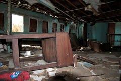Sala abandonada da casa da escola foto de stock