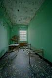 Sala abandonada em um asilo psiquiátrica velho Fotografia de Stock