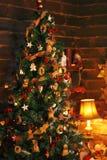 Sala acolhedor do feriado com árvore de Natal Imagens de Stock Royalty Free