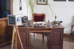 Sala ao estilo do século XIX mesa no escritório, a câmera velha fotos de stock royalty free