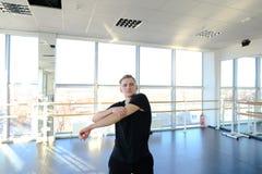 Sala balowa tancerz w sportów ubraniach rozgrzewkowych up przed trenować Obraz Stock