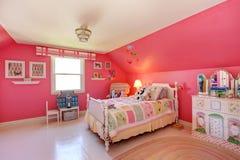 Sala bonita das meninas na cor cor-de-rosa brilhante Imagem de Stock Royalty Free