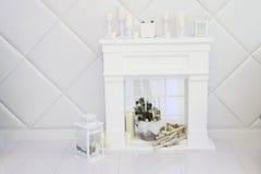 Sala branca com chaminé decorativa Foto de Stock
