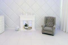 Sala branca com chaminé decorativa Fotografia de Stock