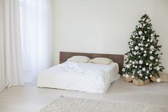 Sala branca da decoração com os presentes do Natal do ano novo da cama Foto de Stock
