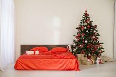 Sala branca do Natal do ano novo com a árvore de Natal vermelha da decoração Foto de Stock