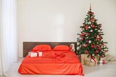Sala branca do Natal do ano novo com a árvore de Natal vermelha da decoração Fotografia de Stock Royalty Free