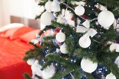 Sala branca do Natal do ano novo com a árvore de Natal vermelha da decoração Fotos de Stock Royalty Free