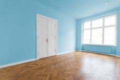 Sala branca vazia com assoalho de madeira fotos de stock
