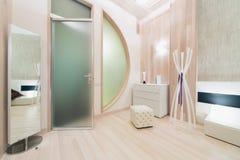 A sala brilhante contemporânea decorou a árvore Fotografia de Stock