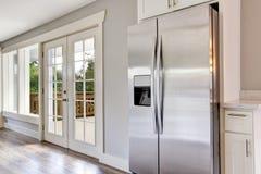 Sala brilhante da cozinha com dispositivos e partes superiores de aço do granito Imagens de Stock