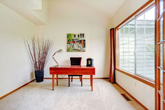 Sala brilhante do escritório com teto alto e a janela francesa grande Fotografia de Stock Royalty Free