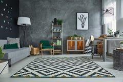 Sala cinzenta com tapete do teste padrão fotografia de stock royalty free