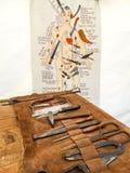 Sala cirúrgica medieval com um grupo de ferramentas e de instructi da cirurgia imagem de stock