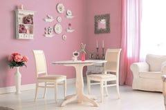 Sala clássica bonita com a tabela do vintage que decora placas Fotografia de Stock Royalty Free