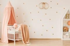 Sala com acentos cor-de-rosa fotografia de stock royalty free