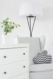 Sala com armário branco imagem de stock