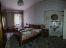 sala com cama e espelho em um panorama do hotel fotografia de stock