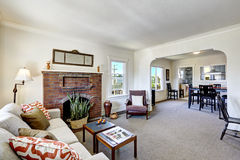 Sala com a chaminé do tijolo na casa americana velha Foto de Stock Royalty Free