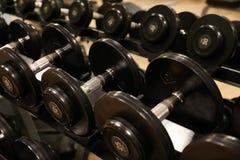 Sala com equipamento do gym no clube de esporte, no gym do clube de esporte, na saúde e na sala de recreação Foto de Stock