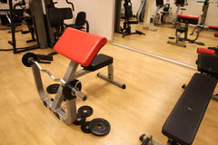 Sala com equipamento do gym no clube de esporte, no gym do clube de esporte, na saúde e na sala de recreação Foto de Stock Royalty Free
