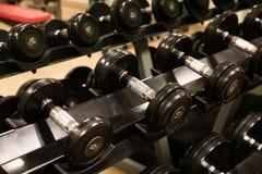Sala com equipamento do gym no clube de esporte, no gym do clube de esporte, na saúde e na sala de recreação Fotografia de Stock