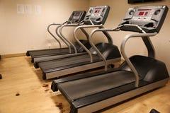 Sala com equipamento do gym no clube de esporte, no gym do clube de esporte, na saúde e na sala de recreação Imagem de Stock