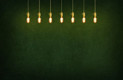 Sala com lâmpadas de pendente e fundo do quadro-negro Foto de Stock