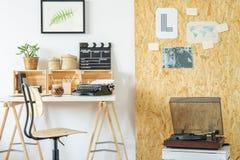 Sala com mesa e jogador de registro imagens de stock
