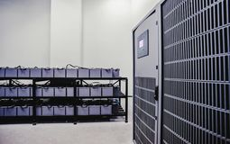 Sala com muitos cabos e muitas baterias imagens de stock