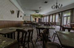 sala com poltronas e tabelas em uma residencial imagem de stock royalty free