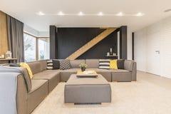 Sala com sofá de canto fotografia de stock royalty free