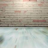 Sala com um assoalho e uma parede de tijolo cinzentos Fotos de Stock Royalty Free