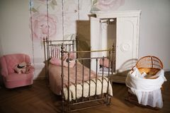 Sala com um vestuário branco, cama tecida do ` s das crianças do metal fotos de stock