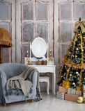 Sala com uma árvore de Natal e uma tabela com um espelho fotos de stock