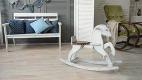 Sala com uma cadeira de balanço da cadeira de balanço video estoque