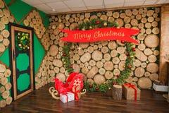 Sala com uma parede de madeira e uma decoração do ano novo foto de stock royalty free