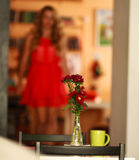 Sala com uma tabela para dois com o ramalhete das flores Imagem de Stock Royalty Free