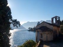 Sala Comacina, lac de Como Le petit golfe avec le port et Photographie stock libre de droits