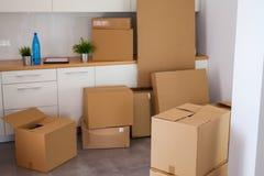 Sala completamente de caixas moventes foto de stock