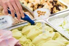 Sala con muchas diversas clases de helado Imágenes de archivo libres de regalías