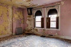 Sala cor-de-rosa com pintura da casca - escola abandonada para meninos - New York Imagens de Stock Royalty Free